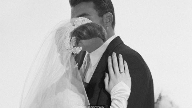 Imagen creativa de pareja en la que la mujer no tiene rostro.