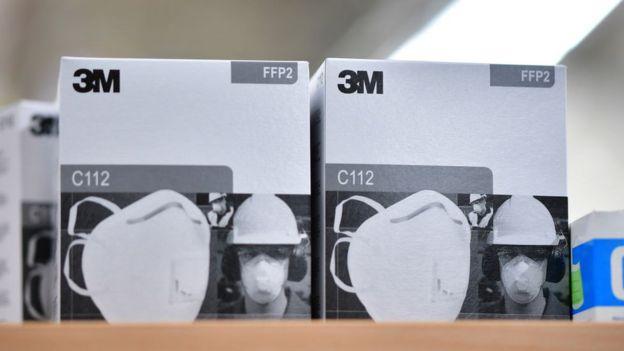 Mascarillas 3M en un estante.
