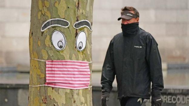 Un hombre camina en una calle de Nueva Zelanda