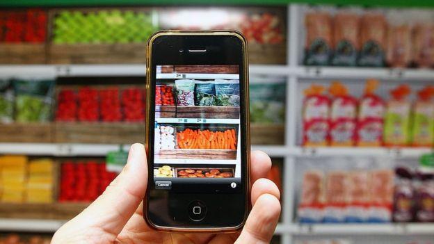 Un móvil apunta a varios productos