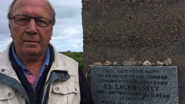 Грэм Маккинли, политик Олдерни, у ворот концлагеря Зюльт