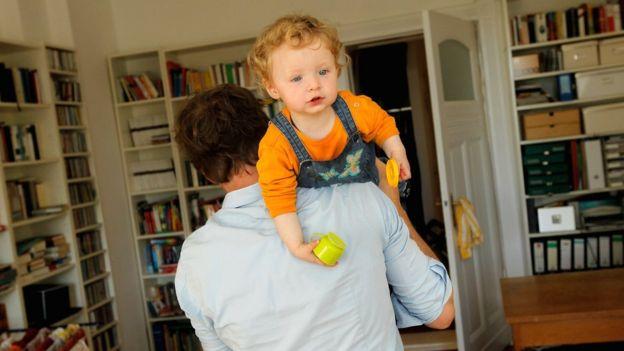 Дитина на плечі