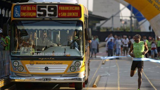 Usain Bolt derrota al autobús