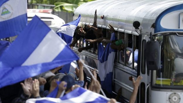 Manifestantes con banderas de Nicaragua.