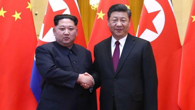 金正恩(左)与习近平(右)握手(新华社2018年3月28日发布图片)