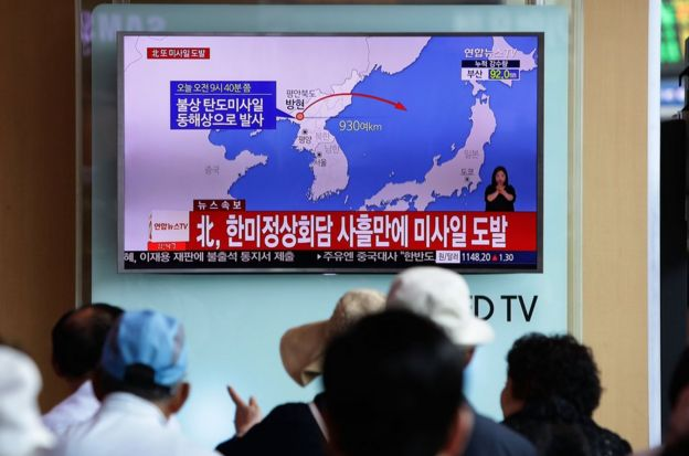 韩国首都首尔火车站电视屏幕播放的朝鲜试射导弹新闻