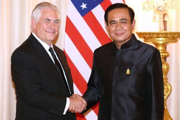 นายเร็กซ์ ทิลเลอร์สัน (ซ้าย) รมว. ตปท. สหรัฐฯ และพล.อ.ประยุทธ์ นายกรัฐมนตรีของไทย