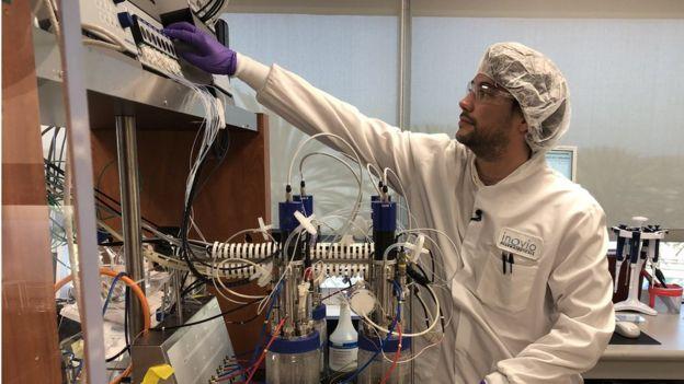 Científico del laboratorio Inovio en San Diego, California