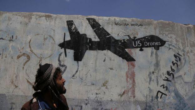 Рисунок дрона на стене