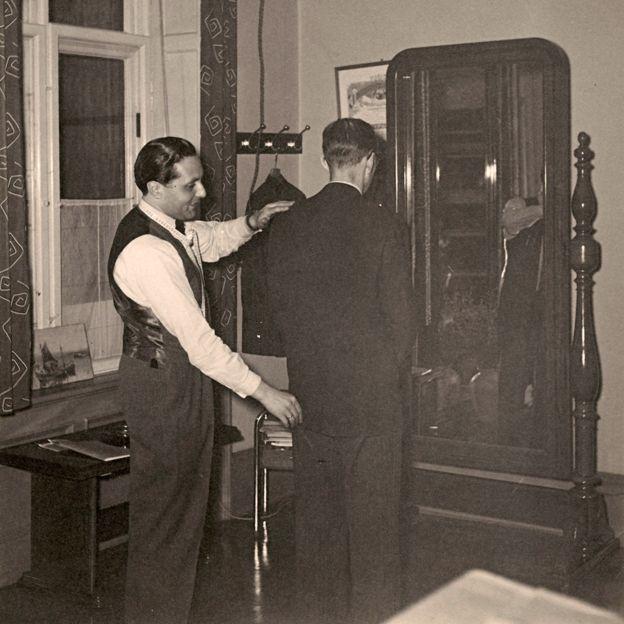 Raphael Bodin measuring a client