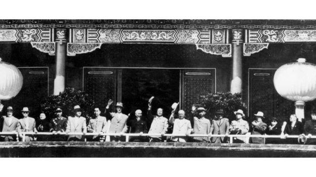Chủ tịch Mao đứng giữa Chủ tịch Hồ Chí Minh của Bắc Việt Nam và TBT Đảng CS Liên Xô, Nikita Khrushchev tại Bắc Kinh 01/10 năm 1959