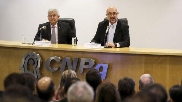 João Luiz Filgueiras de Azevedo (esq.) em evento ao lado do ministro Marcos Pontes (dir.)