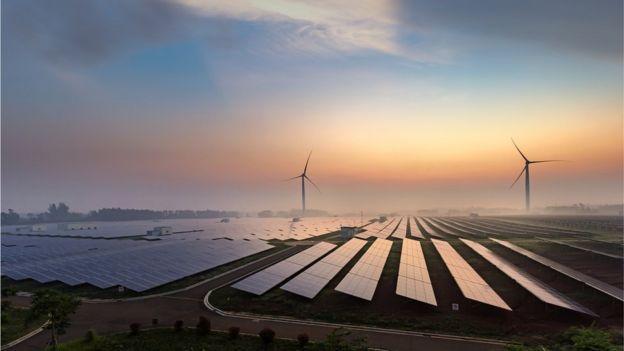 Campo de producción de energía eólica y solar.