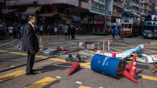香港多区有示威阻塞道路,与警察爆发冲突。