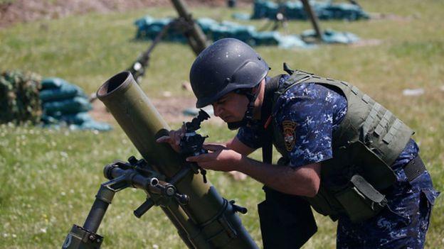 جندي أثناء هجوم القوات العراقية على مسلحي تنظيم الدولة بالموصل