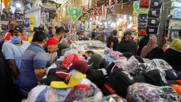 люди на базаре в багдаде готовятся к рамадану