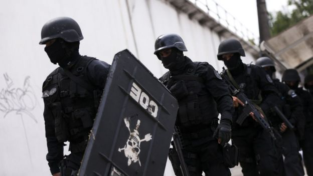 Policiais da tropa de choque entram na Cadeia Pública Raimundo Vidal Pessoa, em Manaus, em janeiro