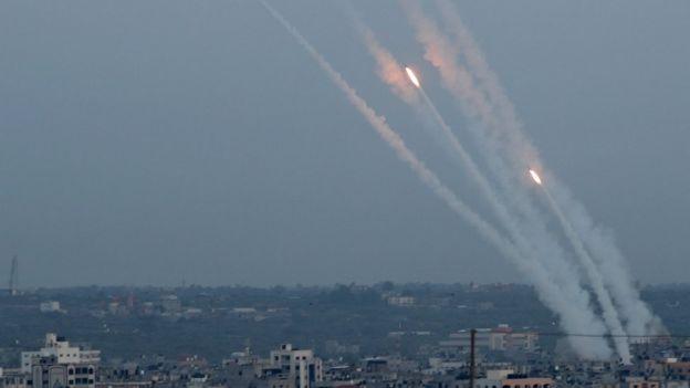Foguetes sendo disparados a partir de Gaza em direção a Israel em 5 de maio