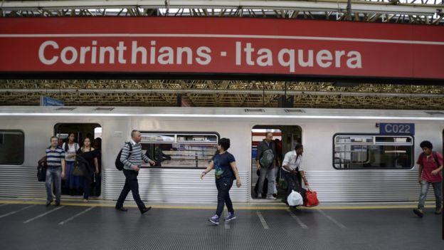 Passageiros embarcam e desembarcam do metrô na estação Corinthians - Itaquera