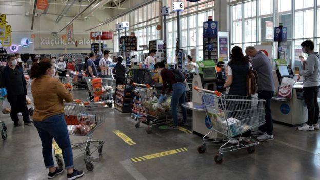 İnsanların eve kapanmasıyla birlikte marketlerdeki yoğunluk da arttı