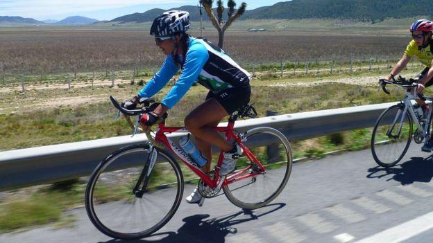 Norma Bastidas en su bicicleta