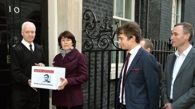 Relatives of Alan Turing present a petition to No 10 calling for pardons for men convicted under historical indecency laws