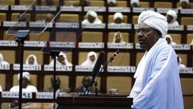 Omar el-Béchir s'adresse au Parlement à Khartoum le 1er avril 2019. C'est son premier discours depuis la déclaration de l'état d'urgence dans le pays.
