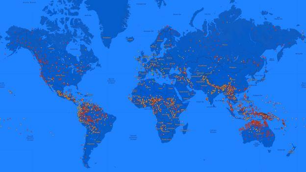 En este mapa mundial, los puntos en verde representan las lenguas en riesgo, los naranjas, las que están amenazadas, y los rojos las que podrían desaparecer para siempre.