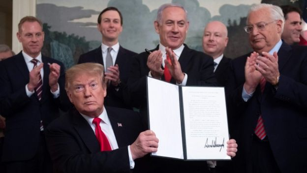 Benjamin Netanyahu e Donald Trump. que mostra assinatura do reconhecimento das Colinas de Golã como território de Israel