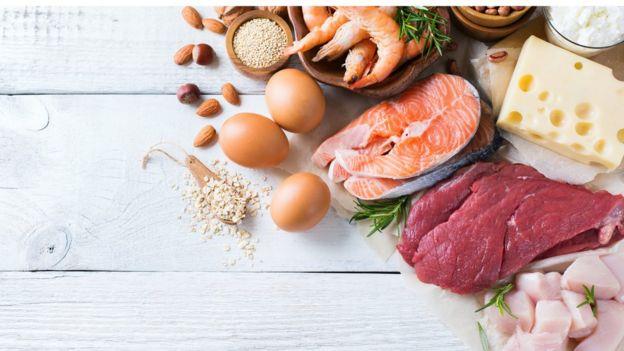 Bodegón de huevos, queso, pescado y cereales
