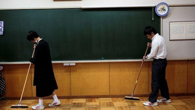 okulu temizleyen Japon öğrenciler.
