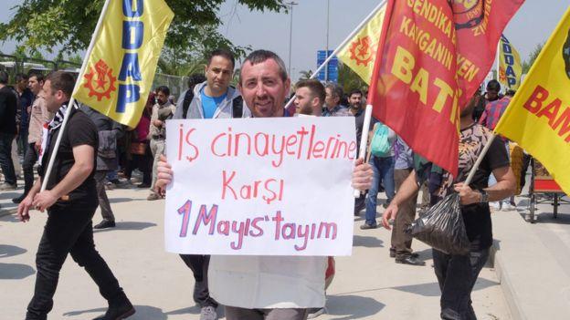 iş çinayetleri pankartıyla eylemci
