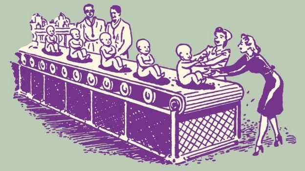 Ilustração mostra bebês em uma esteira, simulando uma mecanização, com médicos homens de um lado e mães de outro