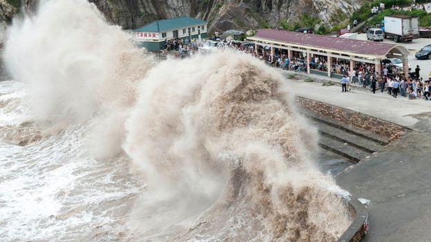 Sóng đánh trong một trận bão ở Trung Quốc hồi 2015