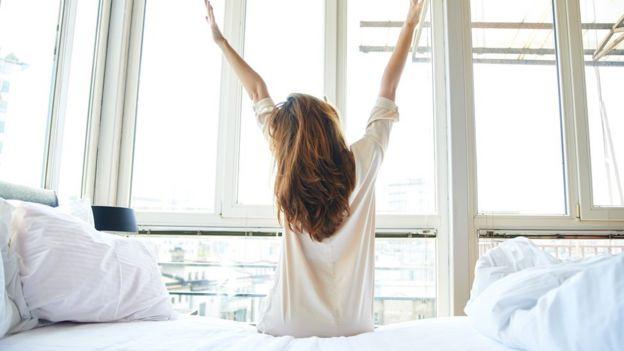 زنی که از خواب بلند شده است