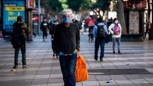 Hombre con mascarilla en Chile