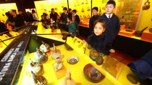 El interior del museo fundado por Carlos Cardoen con niños visitándolo