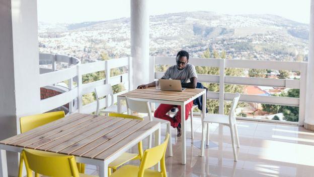 موظف في كيغالي