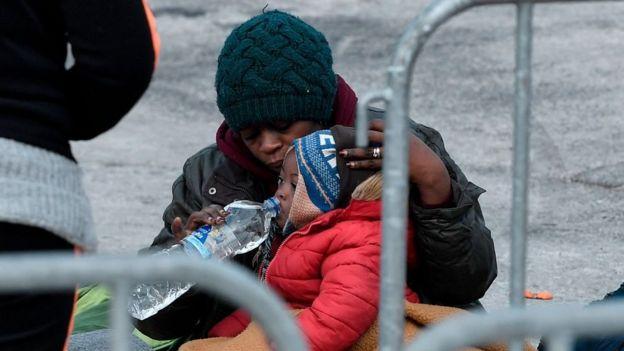 Türkiye-Yunanistan sınırındaki bir mülteci ve çocuğu