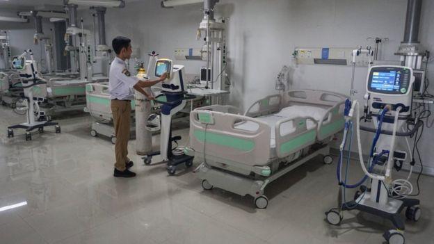 Ruang isolasi yang digunakan untuk merawat pasien di Rumah Sakit Umum Daerah (RSUD) Bung Karno, Solo, Jawa Tengah, Jumat (27/03).