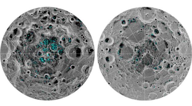 จุดสีฟ้าบนภาพแสดงการกระจายของน้ำแข็งบนพื้นผิวดวงจันทร์ที่ขั้วใต้ (ซ้าย) และขั้วเหนือ (ขวา)
