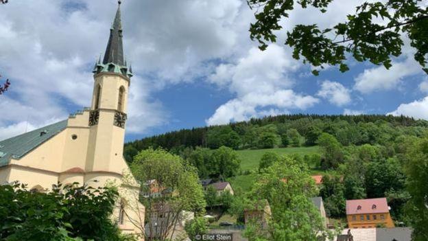 Thị trấn Jáchymov 2.700 dân từng là thành phố lớn thứ hai ở Bohemia sau Prague (Ảnh: Eliot Stein)Trục mỏ Svornost, mỏ khai thác liên tục lâu đời nhất ở châu Âu, vẫn nhô cao trên thị trấn Jáchymov.