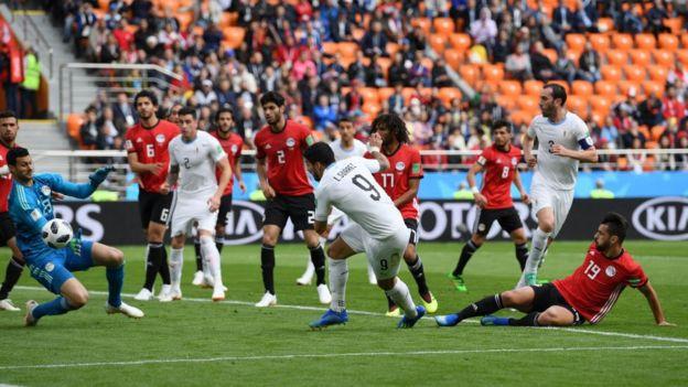 Luis Suárez se falla la gran ocasión del partido.