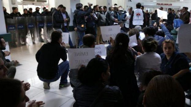 Diyarbakır'da sağlık görevlilerinin işten atılmasına karşı eylem