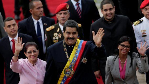 Nicolás Maduro junto a Cilia Flores y Delcy Rodríguez.