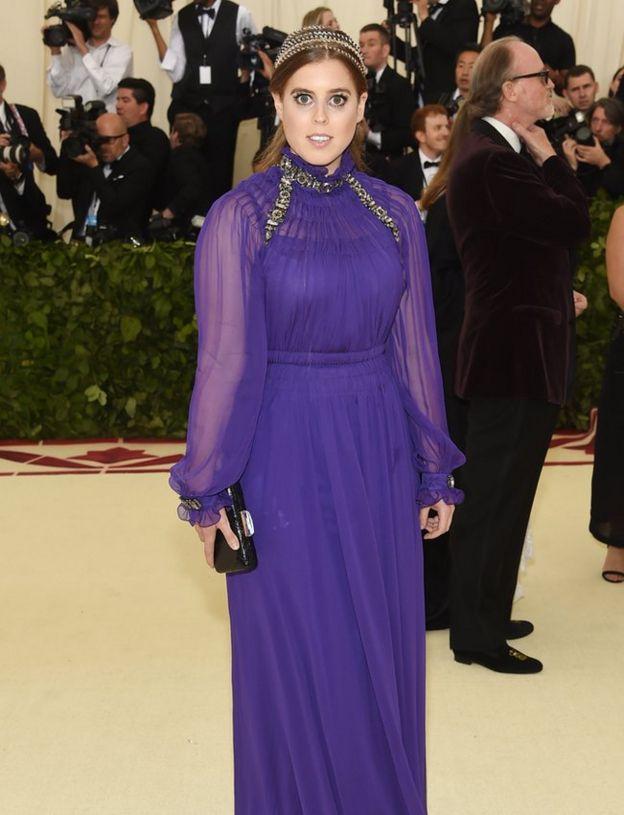 Принцесса Беатрис из Йорка носит фиолетовое платье длиной до пола в Нью-Йоркской гала-концерте.