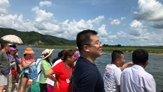 8月10日,遼寧丹東,中朝邊境鴨綠江上的中國遊客。中朝貿易佔朝鮮出口的90%
