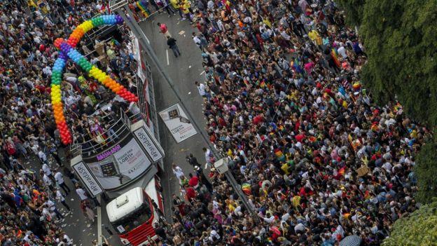 Milhares de foliões participam da 22ª Parada do Orgulho Gay, em São Paulo, Brasil, em 3 de junho de 2018