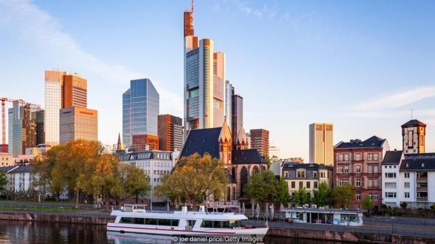 Đức có nhiều trung tâm kinh doanh lớn, bao gồm Berlin, Hamburg, Frankfurt (ảnh) và Munich.