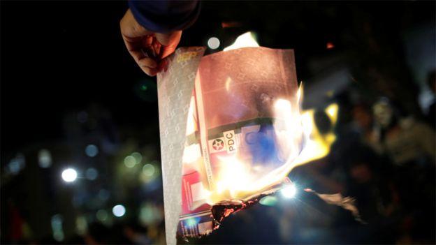 Opositor de Evo Morales quema una papeleta de votación